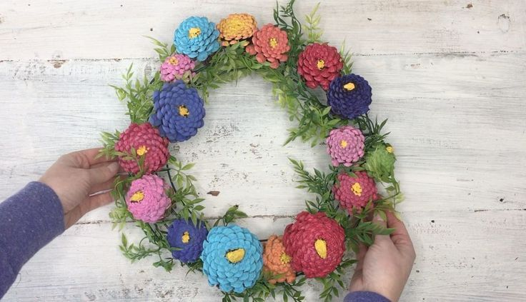 Pinecone Zinnia Wreath DIY for your front door this summer. Frugal home decorati...