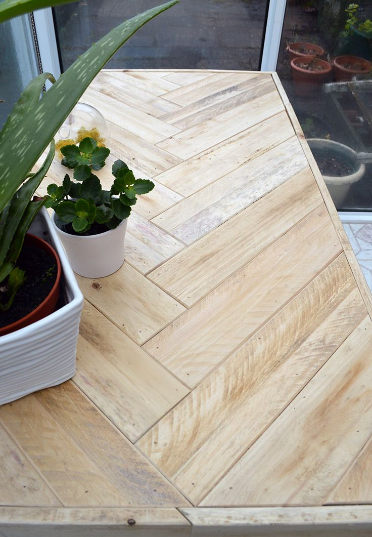 DIY Pallet Table: instructions on how to inexpensively build this modern table u...