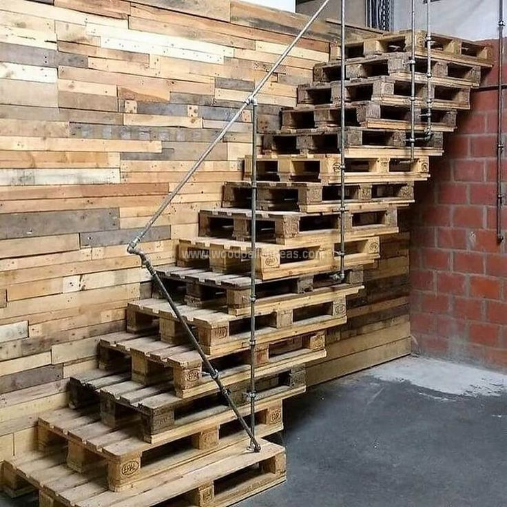 A pallet staircase adds an awesome touch to any back yard. These DIY stairs are ...