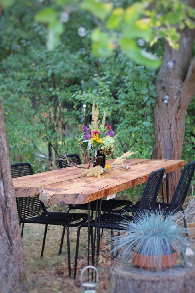 DIY garden table - garden table from old wooden planks build by eat blog lov ...