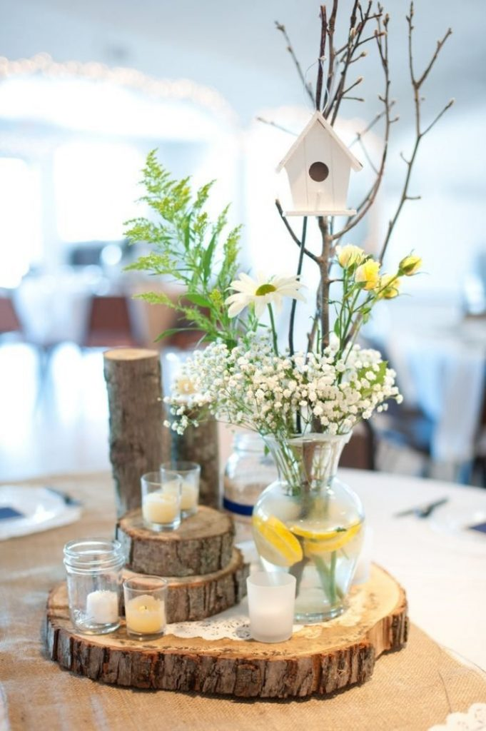 Wedding table decoration: round center table and table runner