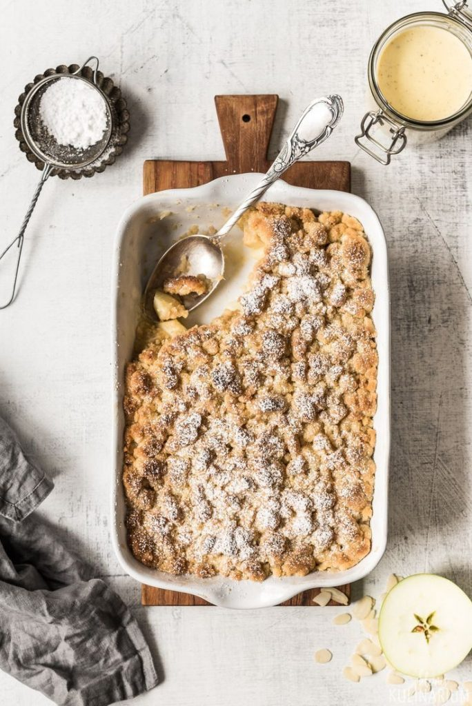 Apple crumble with cinnamon crumble and vanilla sauce #apfel #cinnamon #backen #streusel ...