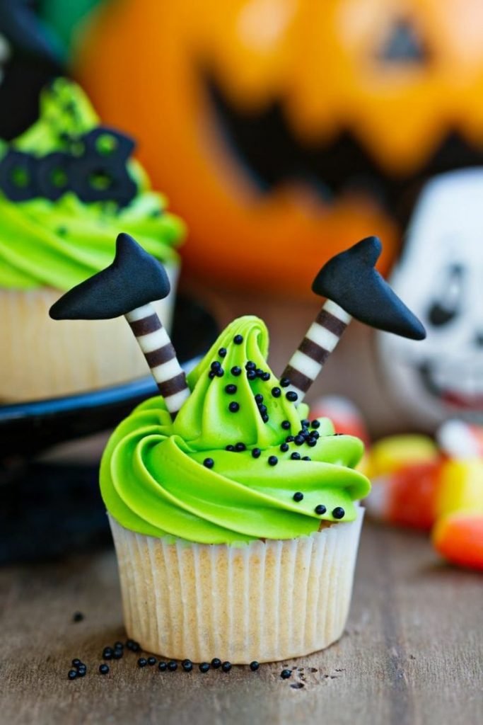 Halloween muffin recipe with delicious cream cream and raspberry sauce # pumpkin #mumi ...