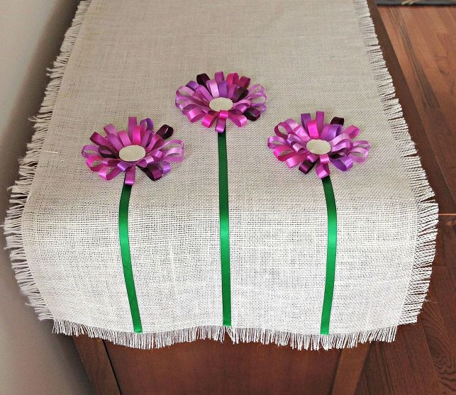 How cute is this? Welcome spring with a burlap and flowers table runner! Get the...
